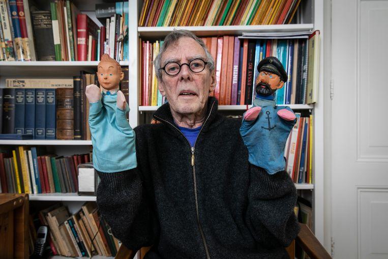 Fan, expert en auteur Har Brok met twee pronkstukken uit zijn uitgebreide collectie: Kuifje en Kapitein Haddock voor de poppenkast.