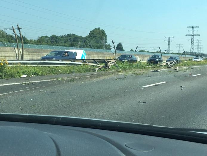 Een vrachtwagen is vanmiddag door de middengeleider op de A15 geschoten.