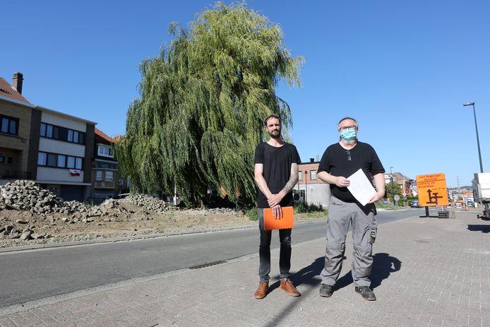 Buurtbewoners David Holbrecht en Didier Nieuwland met hun petitie bij de treurwilg op het Koning Albertplein in de wijk Negenmanneke in Sint-Pieters-Leeuw.