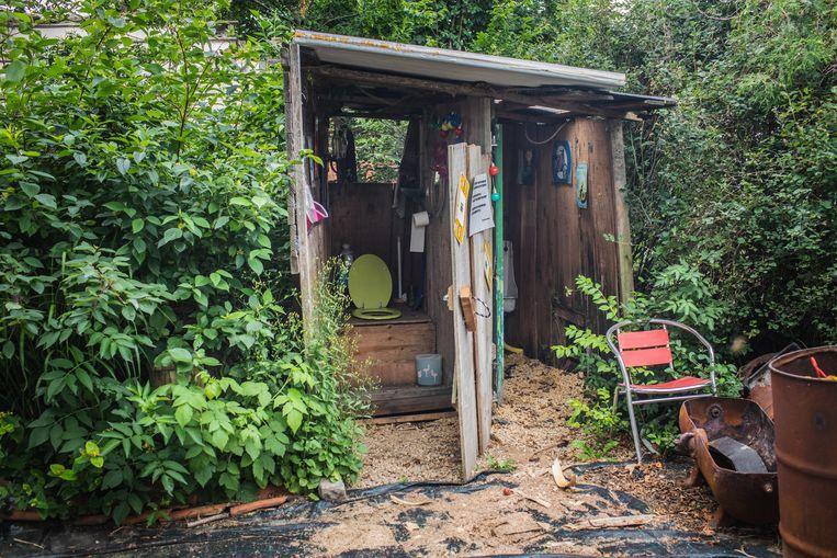 Het koppel heeft in de tuin een buitentoilet, waar ze nu af en toe gebruik van maken.