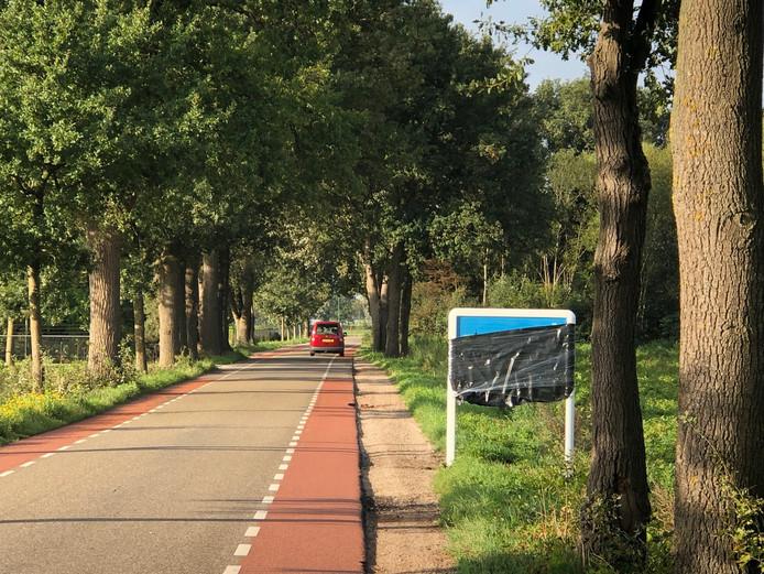 Iemand is het er niet mee eens geweest dat het bord 'Welkom in Meierijstad' op Udens grondgebied is gezet. Het bord is afgeplakt.