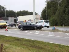 Automobilist klapt op verkeerspaal in Schaijk, rijstrook dicht