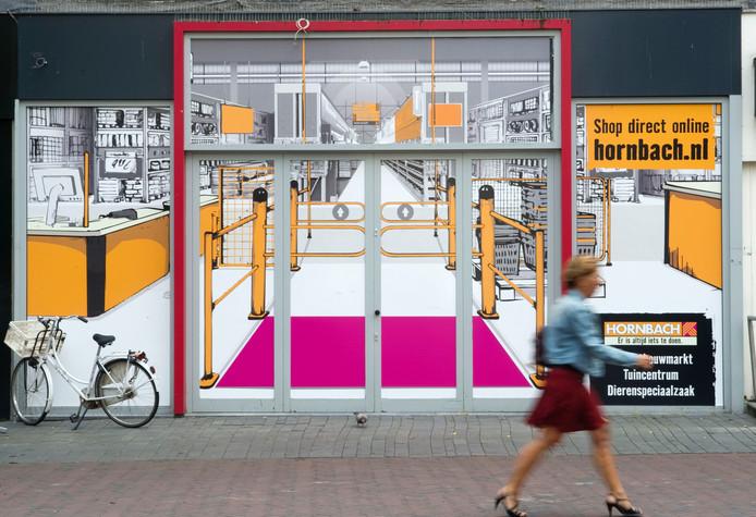 Hornbach beplakte maandag een etalage in de binnenstad, maar die heeft volgens de manager Nederland niks met nieuwbouw te maken.