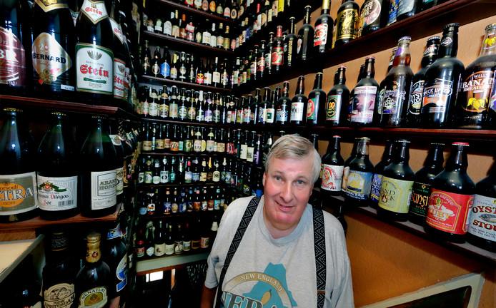 Numansdorper Krijn Kraak in wat ooit zijn huis was, maar dat in de loop der jaren is veranderd in een bierflesjesmuseum.