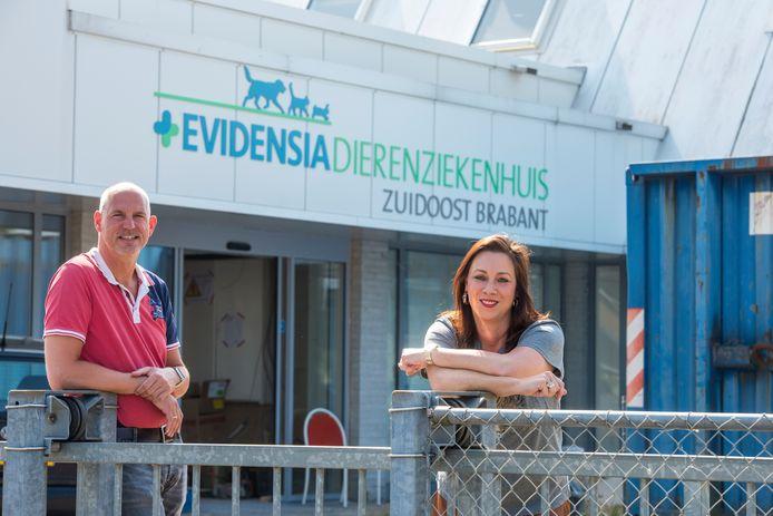 Wouter Mackay en Bonnie Jansens van het dierenziekenhuis.