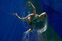 Een deelneemster van de Russische ploeg in actie tijdens het schoonzwemmen in Rio.