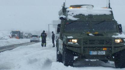 Spanje zet leger in om duizenden autobestuurders te ontzetten die al nacht lang vastzitten op besneeuwde snelweg