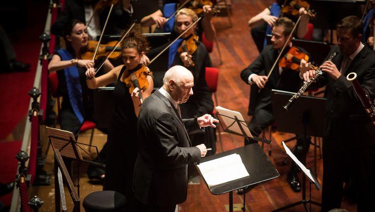 Bernard Haitink dirigeert het EUYO. Beeld Ronald Knapp