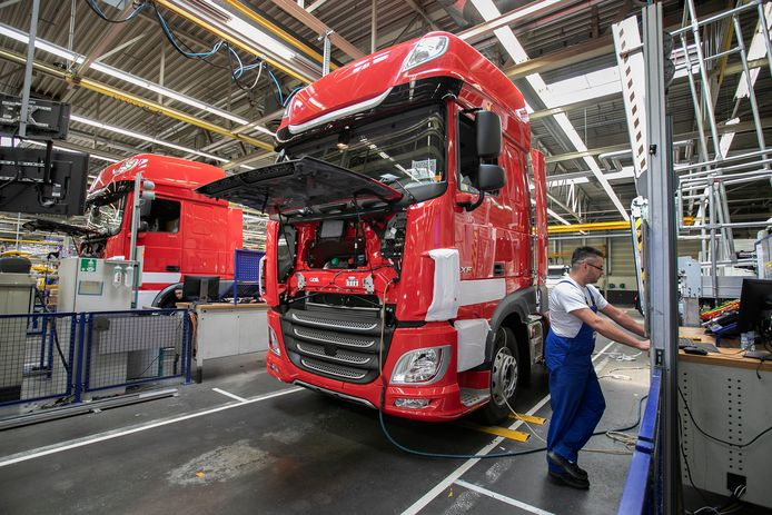 Truckassemblage bij DAF in Eindhoven.