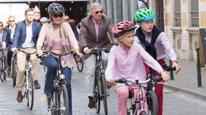 Koningin Mathilde en de kinderen dragen helm op de fiets, koning Filip niet
