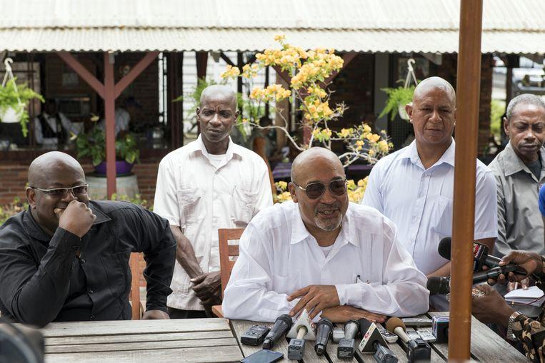In zijn tuin krijgt president Bouterse zijn stemkaart overhandigd.De NDP is ervan overtuigd dat het de verkiezingen gaat winnen. Beeld ANP