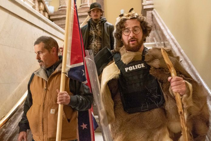 Aaron Mostofsky (R) is een fervente aanhanger van Donald Trump en drong vorige woensdag mee het Capitool binnen.