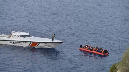 Schip met 87 migranten dobbert al dagenlang rond voor snikhete kust