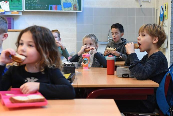 Kinderen eten tussen de middag op school in Sint Hubert.