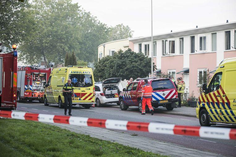 Hulpverleners bij de woning waar een man door koolmonoxidevergiftiging om het leven is gekomen Beeld ANP
