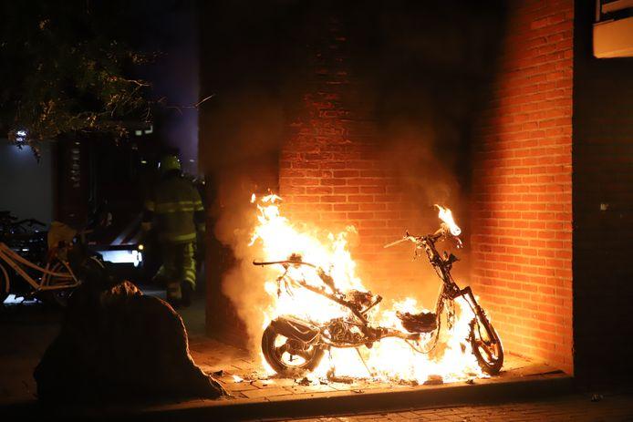 De scooter bij de ingang van de portiekflat stond in lichterlaaie in Tiel.