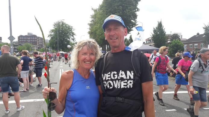 """Geertje en Wim Huurman (allebei 61) uit Goes. Geertje: ,,We lopen voor het eerst mee. We dachten dat de Vierdaagse misschien te massaal voor ons was, maar het is super. Ik ben echt ontroerd door al die mensen. Gisteren liep ik met kippenvel."""""""