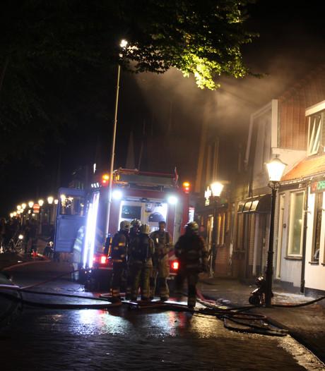 Brand bij pizzeria op Urk, woningen korte tijd ontruimd