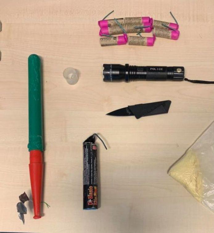 Agenten vonden in de gemeente Berg en Dal in een auto en na fouillering een zelf geknutselde vuurwerkbom, een mes, een taser in de vorm van een zaklamp, een Cobra 6, 25 gram speed, 2 xtc-pillen en acht nitraten.