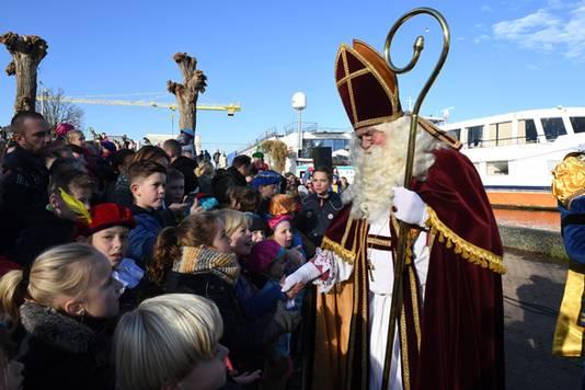 Kinderen ontmoeten Sinterklaas op de Loswal in Grave.