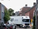 Vrachtwagen zoekt zich een weg door de Zandbergweg in Breda.
