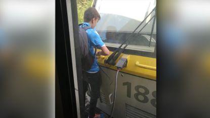 Waaghals staat tussen twee rijdende treinwagons, maar wordt opgepakt in station