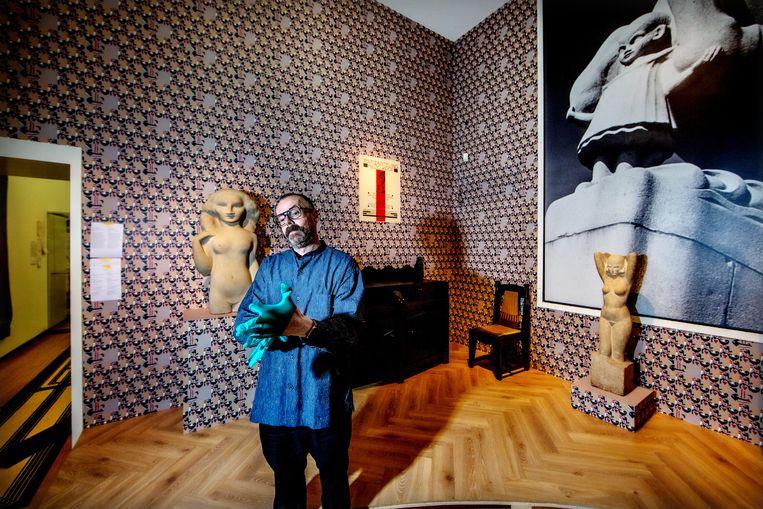 Kunstenaar-ontwerper Bas van Beek bij de inrichting van de tentoonstelling Van Thonet tot Dutch Design.  Beeld Jean-Pierre Jans