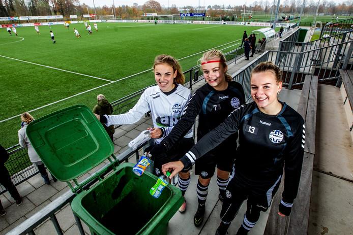 Afval scheiden op sportaccommodaties is vaak een probleem. Meike Berning, Liselot van Silfhout en Isa van Dijck van SV Schalkhaar hebben langs het veld geen andere keus dan hun plastic flesje in een gewone container te gooien.