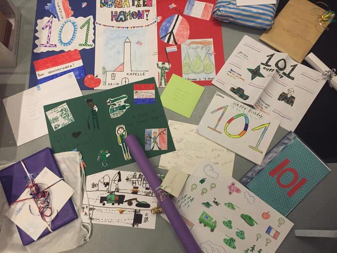 De werkjes van de basisschoolleerlingen voor de 101-jarige veteraan Donatien Hamon.