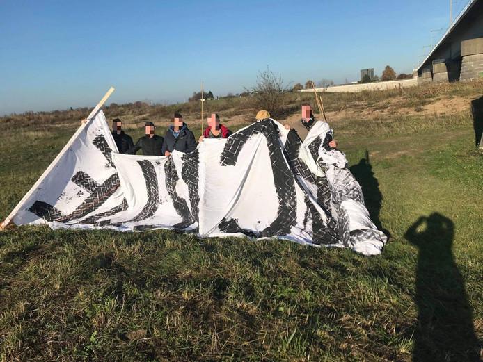 Leden van Nijmegen rechtsaf plaatsten deze foto op hun eigen Facebookpagina, waarop ze onherkenbaar poseren met het antizwartepietenspandoek dat ze bemachtigden.