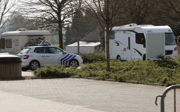 De politie controleerde de mobilhomes op de afgesloten parking aan de Vaartkom.