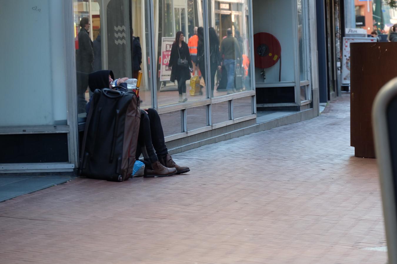 De dakloze Waldis uit Letland bedelt geregeld in het Eindhovense Centrum. Zoals hier op de Rechtestraat voor de oude Hema. Eindhoven wil bedelen nu gaan verbieden