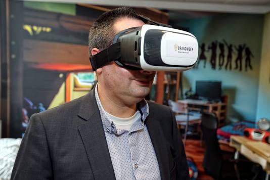 Burgemeester Steven Adriaansen probeert de 3D bril uit in een speciaal ingerichte kinderkamer.