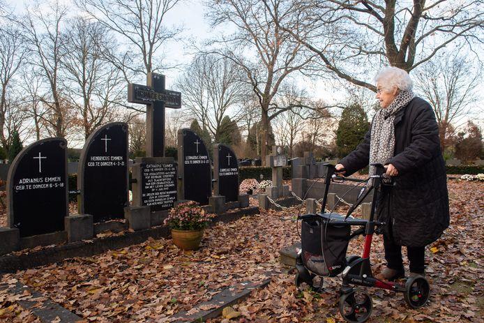 Udenhout/Dongen - Pix4Profs/René Schotanus. Mevrouw Emmen-Hesselberth op de begraafplaats in Dongen waar haar 4 broertjes en zusje liggen.