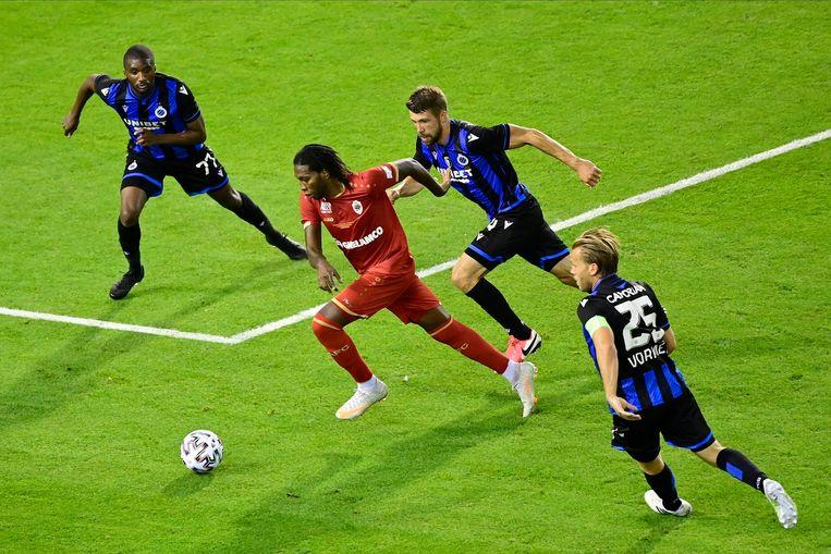 Antwerp-spits Mbokani met drie Club Brugge-spelers rondom zich.