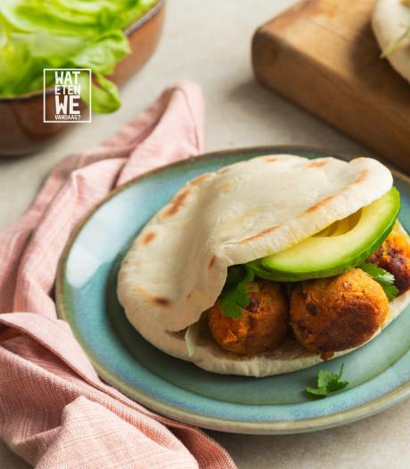 Wat Eten We Vandaag: Gevulde pita's met homemade vegaballetjes