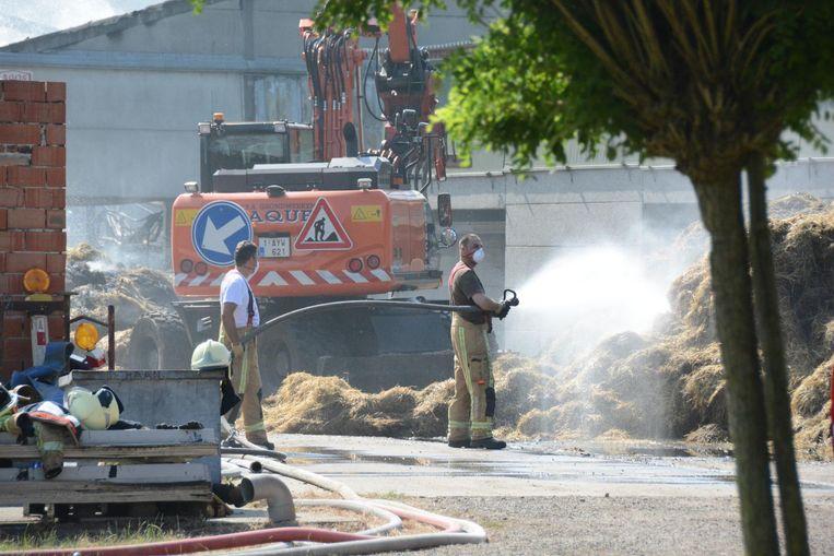 De brandweer moest tot gisteren nablussen en het stro uit elkaar trekken. Ze droegen ook beschermende mondmaskers omwille van de asbestvezels.
