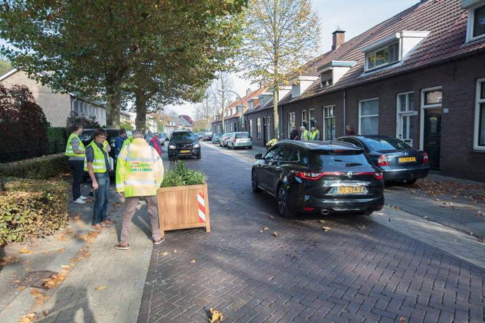 Bloembakken plaatsen in de Kapelstraat in Beek en Donk
