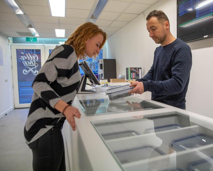 """Het was een """"lange strijd"""" voor Roy Lensink. Zijn coffeeshop De Pijp, de vijfde en laatste in Zwolle, is open."""