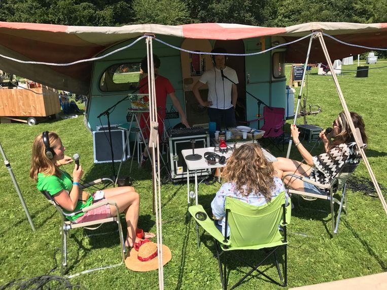 Komkomkommerradio doet verslag van en over de camping. Beeld Buurtcampings