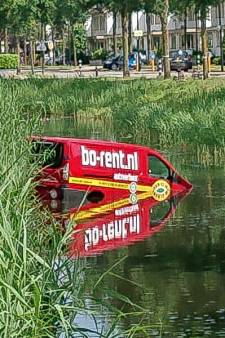 Huurbusje rolt sloot in Nieuwland in