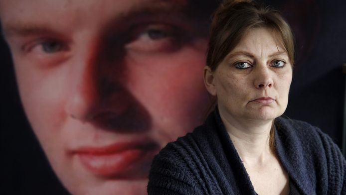 Marijke Harkema, met een portret van haar zoon op de achtergrond.