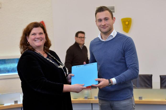 Rob Huijben overhandigt de kandidatenlijst van zijn partij PRO Dongen aan burgemeester Marina Starmans.