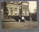 Vivian Brantsen (links) met vrienden voor kasteel Weldam.
