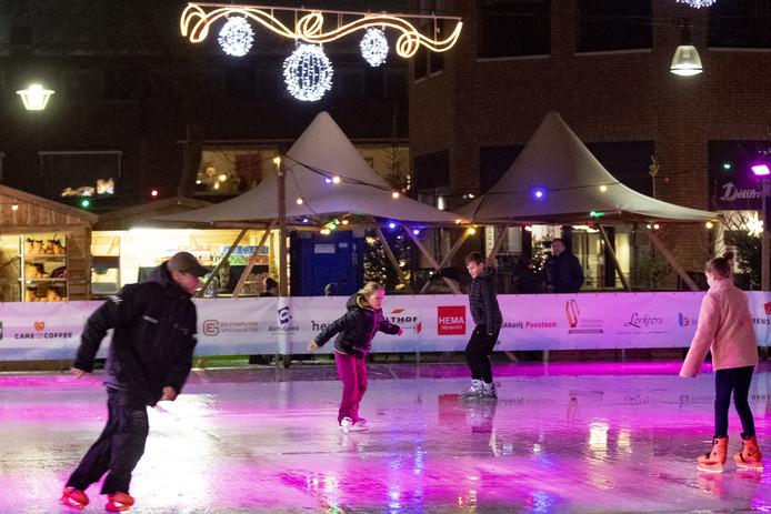 De tijdelijke schaatsbaan in het centrum van Nijverdal is weer opengesteld voor de schaatsliefhebbers