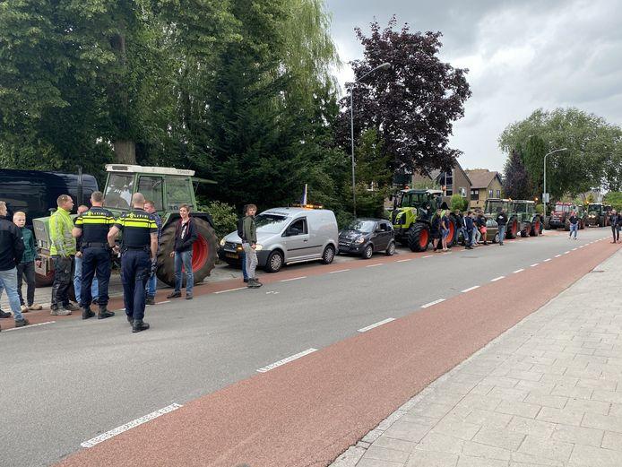Boeren verzamelen zich aan de Lage Valkseweg in Wekerom om in Arnhem aangifte te gaan doen tegen minister Carola Schouten.
