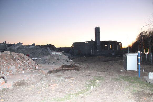 Op de site van het uitgebrande Matco in Waregem zijn de sloopwerken volop aan de gang.