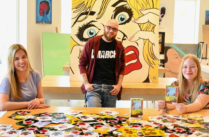 Onder begeleiding van docenten Valerie van den Hoek (links) en Harry Schipper (midden) hebben kunstklasleerlingen van het Cambium College in Zaltbommel kaarten gemaakt voor ouderen die in de Bommelerwaardse zorgcentra wonen. Een van die leerlingen is Jessica van Velsen (rechts).