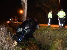 Auto ramt boom en komt in sloot tot stilstand in Woerden