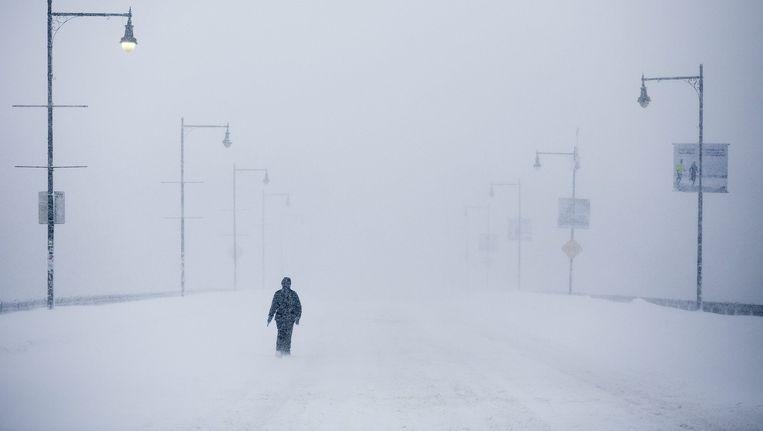 Een voetganger trotseert een sneeuwstorm in de Amerikaanse stad Boston in februari.